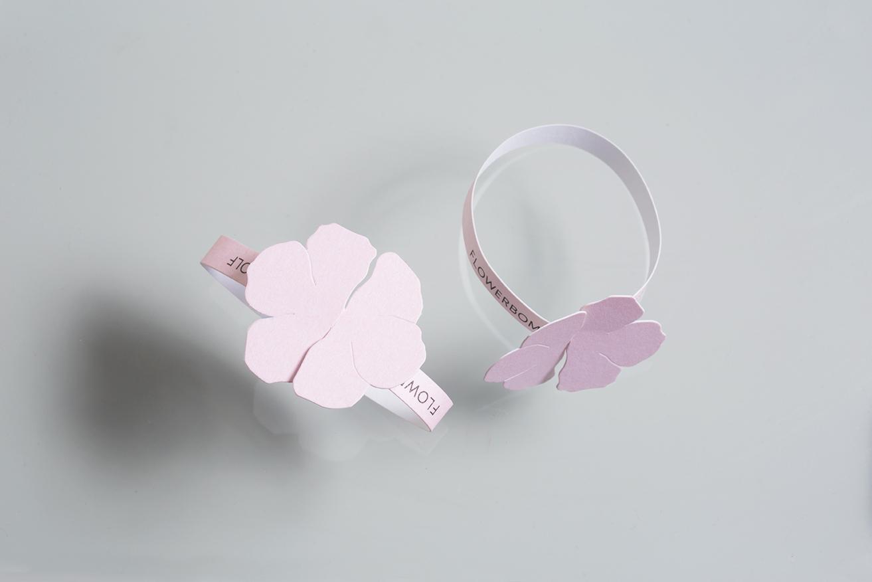 Vue de haut et de côté du bracelet Viktor & Rolf, formant une fleur.