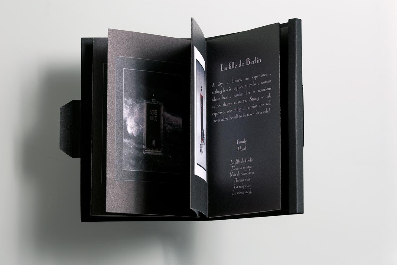 Booklet Serge Lutens ouvert à la page La Fille de Berlin