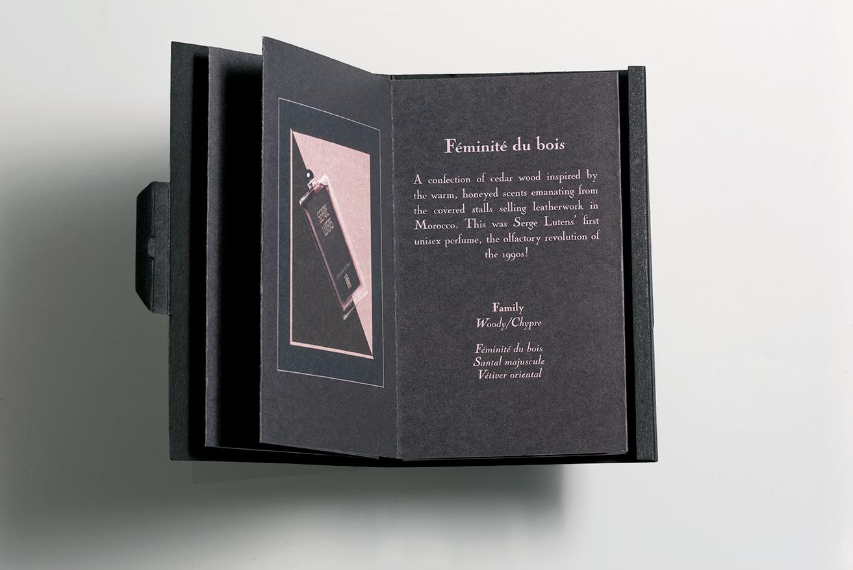 Booklets Serge Lutens ouvert à la page Féminité du bois