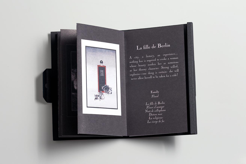 Les Petites Mouillettes : Booklet Serge Lutens ouvert à la page La Fille de Berlin