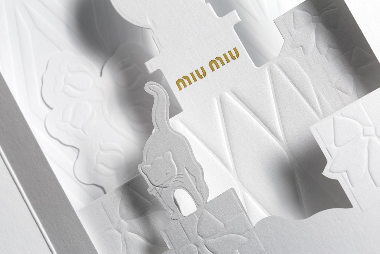 Carte à parfum Miu Miu, plan du gaufrage de la bouteille et du chat Miu Miu